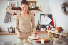 Femme attirante de sourire prenant le petit déjeuner dans l'intérieur de cuisine Femme attirante de sourire images libres de droits