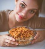 Femme attirante de sourire prenant le petit déjeuner dans l'intérieur de cuisine photo libre de droits