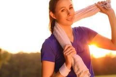 Femme attirante dehors au coucher du soleil photos stock