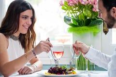 Femme attirante dinant avec l'ami Photos libres de droits