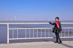 Femme attirante en bord de la mer Photographie stock