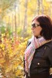 Femme attirante en glaces de soleil en automne Photographie stock