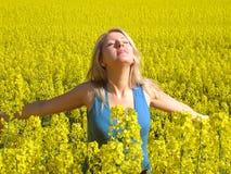 Femme attirante en jaune photos libres de droits