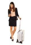 Femme attirante en voyage d'affaires SMS de lecture Photo stock