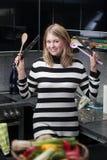 Femme attirante et jeune avec des ustensiles de cuisine Photos libres de droits