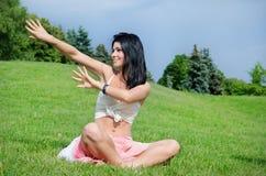 Femme attirante faisant le yoga photo stock