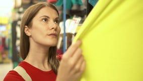 Femme attirante heureuse dans des achats rouges de T-shirt dans des vêtements de achat de mail Concept de shopaholism de consomma clips vidéos