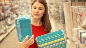 Femme attirante heureuse dans des achats rouges de T-shirt dans le panier de achat de mail Concept de shopaholism de consommation clips vidéos