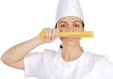 Femme attirante heureuse de cuisinier photos stock