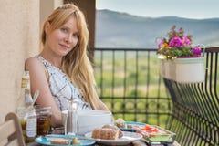 Femme attirante mangeant dans le restaurant photographie stock