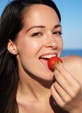 Femme attirante mangeant du fruit Images libres de droits