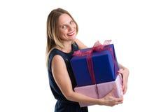 Femme attirante portant de grands paquets de cadeau, d'isolement sur le blanc Photos libres de droits