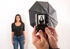 Femme attirante posant pour sa photo de passeport images libres de droits
