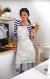 Femme attirante préparant la nourriture dans la cuisine Images stock