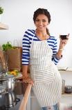 Femme attirante préparant la nourriture dans la cuisine Photos libres de droits