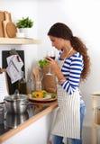 Femme attirante préparant la nourriture dans la cuisine Photos stock