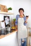 Femme attirante préparant la nourriture dans la cuisine Photo libre de droits