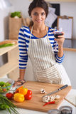 Femme attirante préparant la nourriture dans la cuisine Photo stock