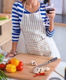 Femme attirante préparant la nourriture dans la cuisine Images libres de droits
