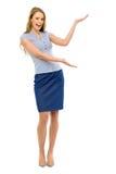 Femme attirante présent quelque chose Photo stock