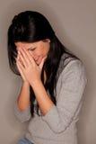 Femme attirante riant sous cape photo stock
