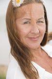 Femme attirante sûre avec la fleur dans les cheveux Photos stock