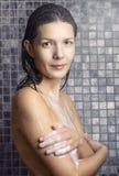 Femme attirante se savonnant dans la douche photographie stock libre de droits