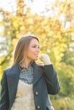 Femme attirante se tenant pensante Image stock