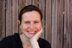 Femme attirante souriant à l'extérieur Photographie stock libre de droits