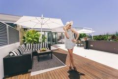 Femme attirante sur le balcon image stock