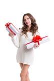Femme attirante tenant des boîtiers blancs avec les rubans blancs avec des cadeaux Photo stock