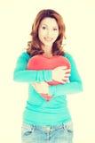 Femme attirante tenant un coeur de baloon Image libre de droits