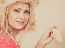 Femme attirante utilisant le chapeau velu d'hiver Photo libre de droits