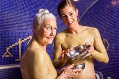 Femme au bain de Rasul dans la station thermale Photos stock