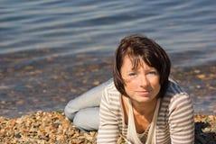 Femme au bord de la mer Photographie stock libre de droits