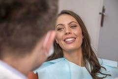 Femme au bureau de dentiste photos stock