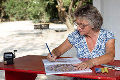 Femme au bureau rouge Image stock