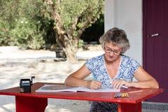 Femme au bureau rouge Photo libre de droits