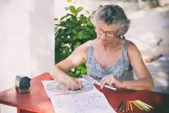 Femme au bureau rouge Photographie stock