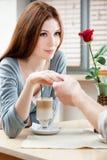 Femme au café de pair avec son ami Image libre de droits