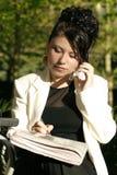 Femme au café faisant des affaires Photo stock
