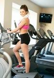 Femme au centre de fitness photographie stock