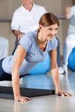 Femme au centre de forme physique faisant la poussée Photo stock