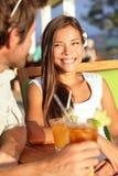 Femme au club de plage datant et buvant dehors Image libre de droits