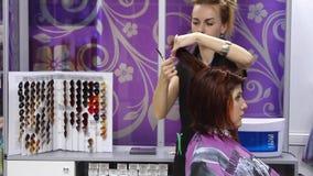 Femme au coiffeur banque de vidéos