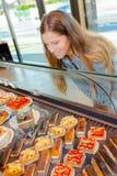 Femme au compteur de pâtisserie photos stock