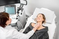 Femme au cours de l'examen d'ultrason Photo libre de droits