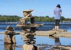 Femme au festival en pierre d'équilibre Image libre de droits