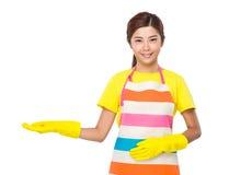 Femme au foyer asiatique avec l'exposition de main avec le signe vide Photographie stock