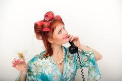 Femme au foyer au téléphone photos stock